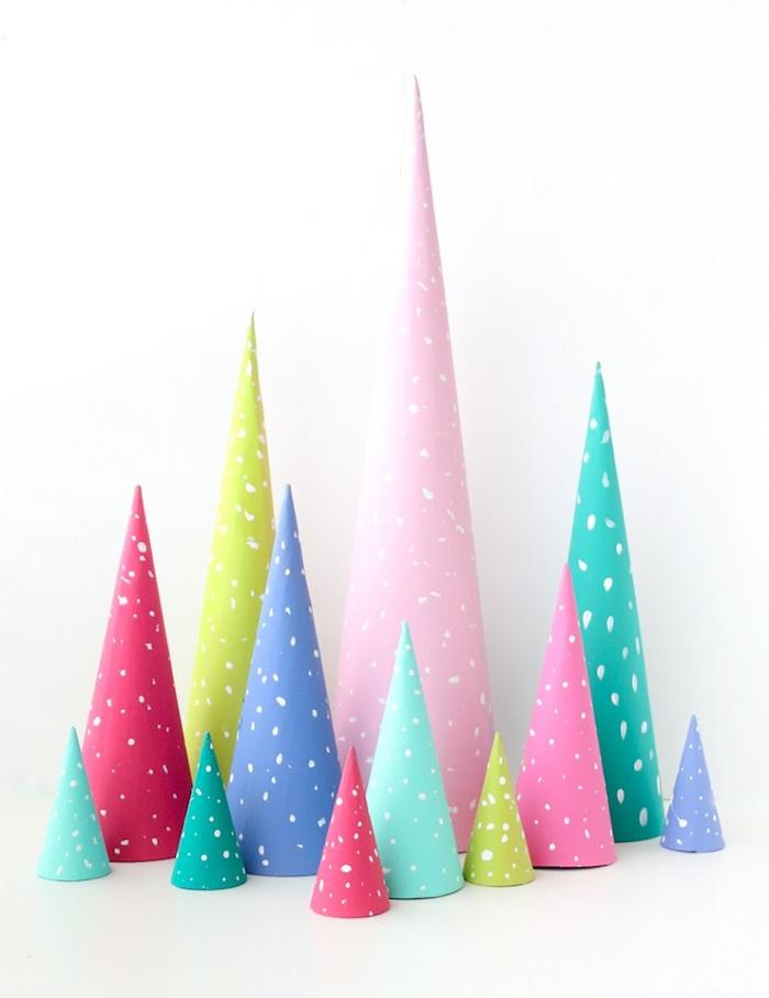 Mini Weihnachtsbäume aus Papier selber machen, weiße Punkte mit Pinsel setzen, Weihnachtsbaum basteln