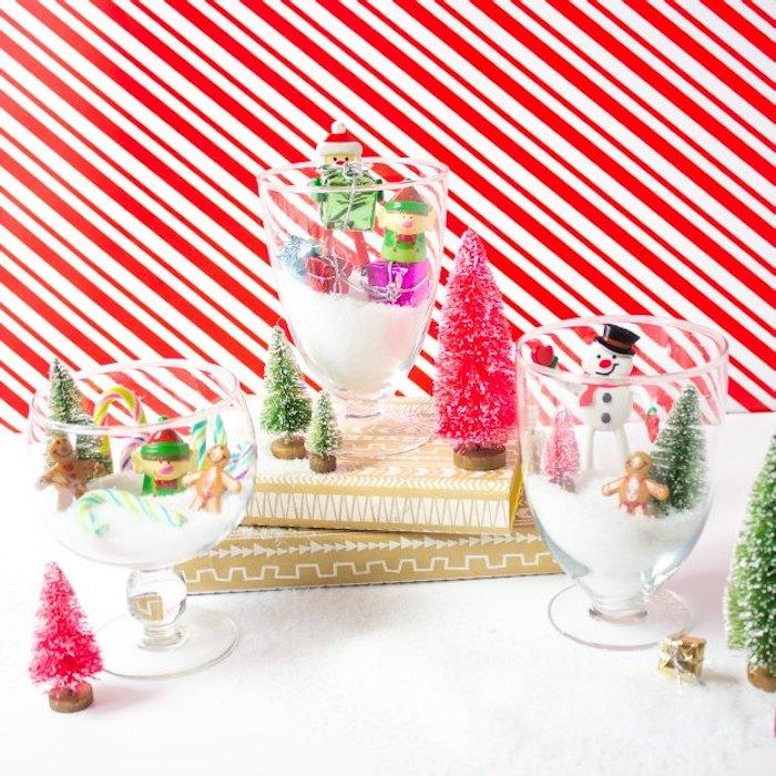 Kreative Idee für selbstgemachte Weihnachtsdeko, Gläser voll mit künstlichem Schnee und kleinen Weihnachtsfiguren