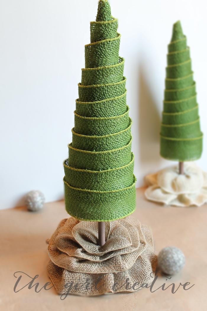 Weihnachtsbaum aus grünem Band, kreative Idee für DIY Weihnachtsdekoration, Weihnachtsbasteln Ideen