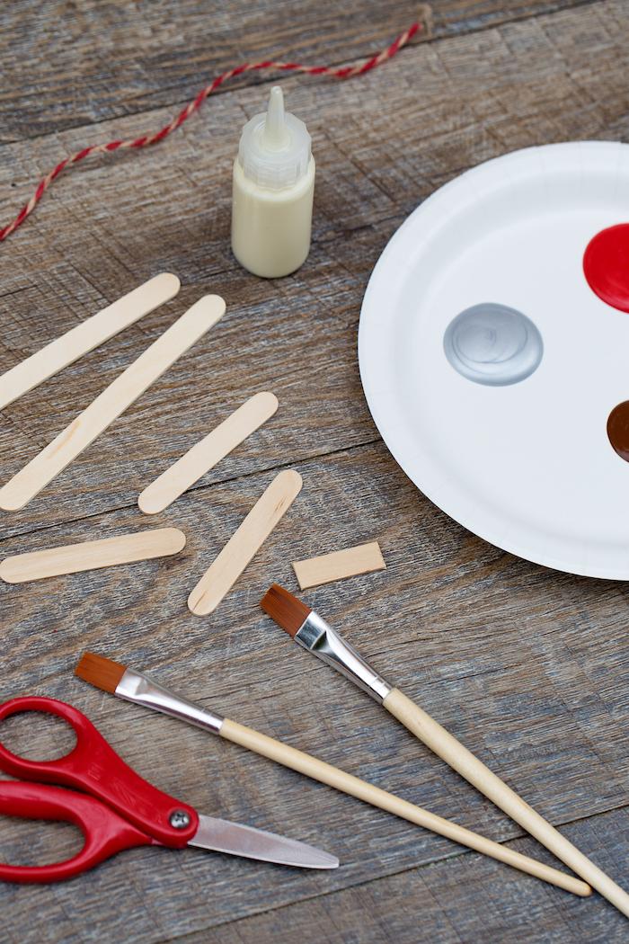 Eisstäbchen rot bemalen, Schlitten selber machen, DIY Ideen für Kinder zu Weihnachten