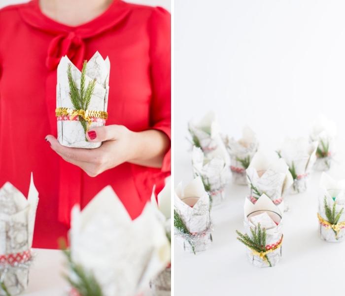 basteln zu weihnachten, diy geschenke, rote bluse, kerzenhalter dekoriert mit marmor papier