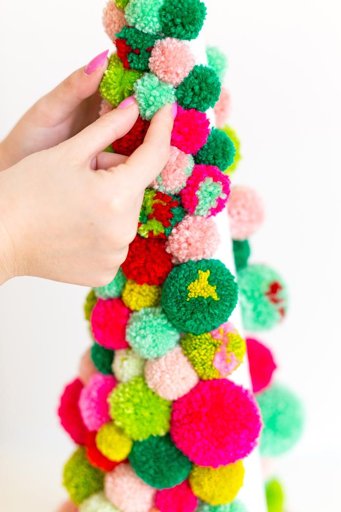 Bunte Pompons am Kegel aus Styropor befestigen, einfache DIY Idee für ausgefallene Weihnachtsdeko