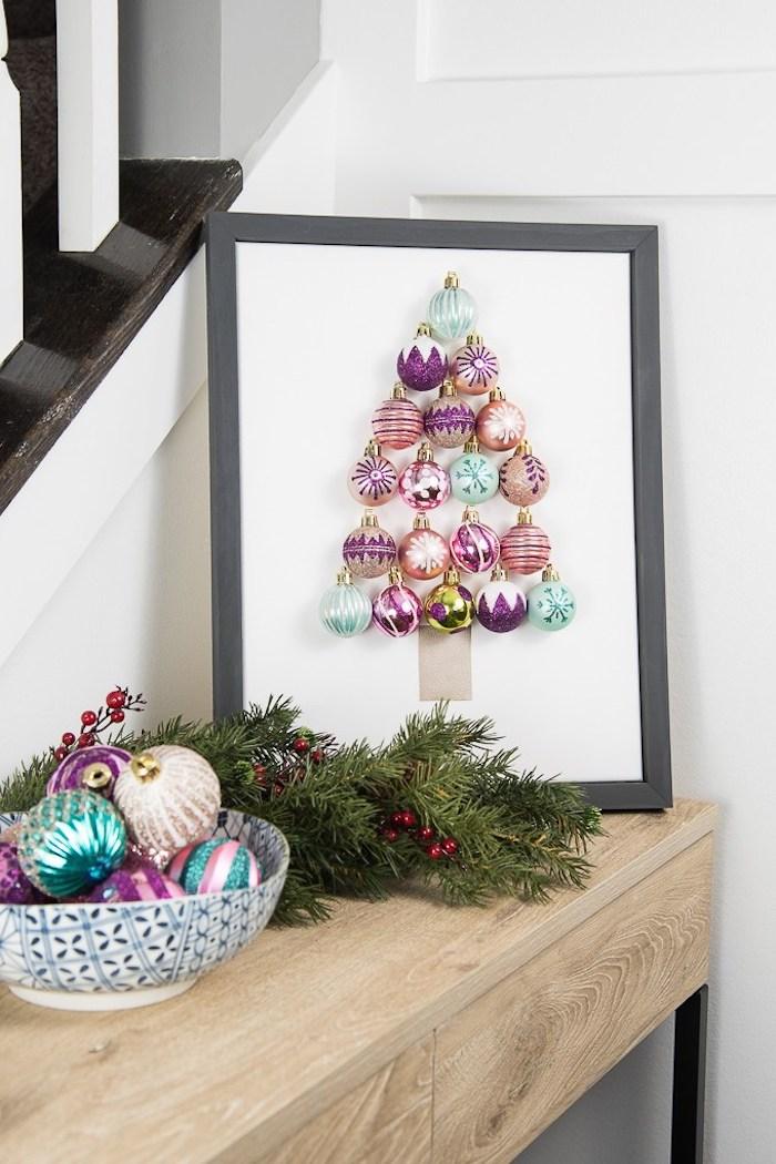 Weihnachtsbaum aus bunten Weihnachtskugeln in Rahmen, kreative Weihnachtsdeko, Tannenzweige und Weihnachtskugeln in Schüssel