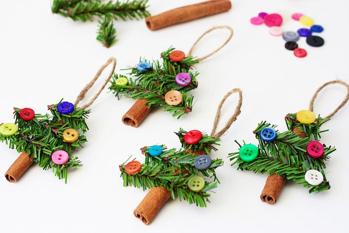 Weihnachtsbaum aus Zimt, Tannenzweigen und bunten Knöpfen, selbstgemachte Anhänger für den Tannenbaum