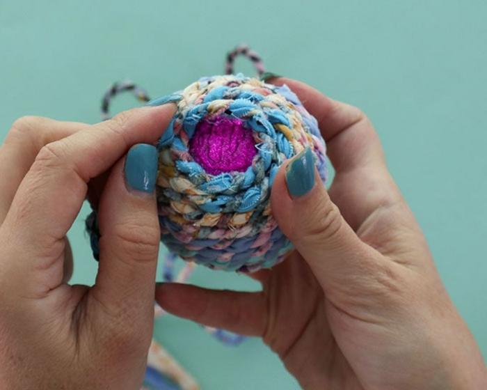 umhüllen Sie die Weihnachtskugel mit blauem Garn, lila Christbaumkugeln verschönern