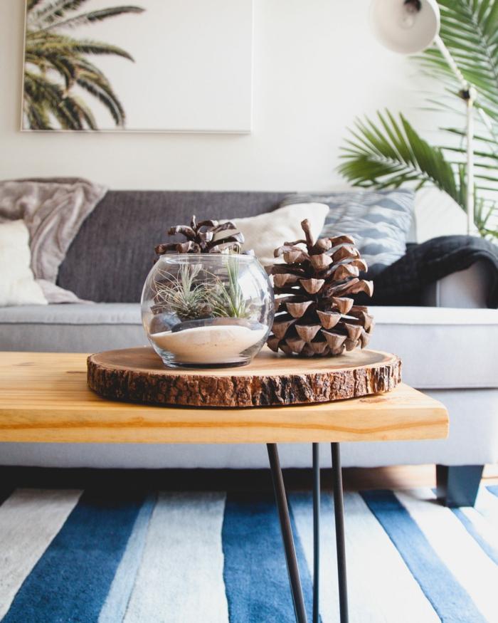 ein Tisch, eine weiße Heizung, grauer Sofa, Heizen mit Stil