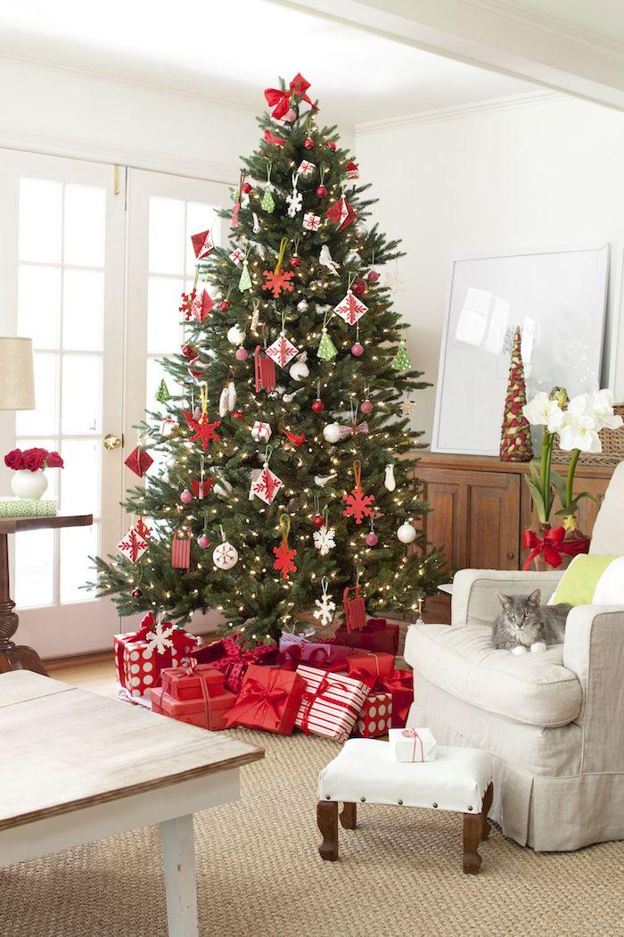 Weihnachtsgeschenke geschmückt mit weißen und roten Aufhängern, Christbaumspitze rote Schleife, Weihnachtsgeschenke verpackt mit rotem und weißem Papier