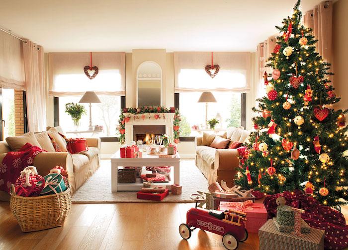 Wohnzimmer weihnachtlich dekorieren, Weihnachtsgeschenke in Rattankorb, weiße und rote Aufhänger