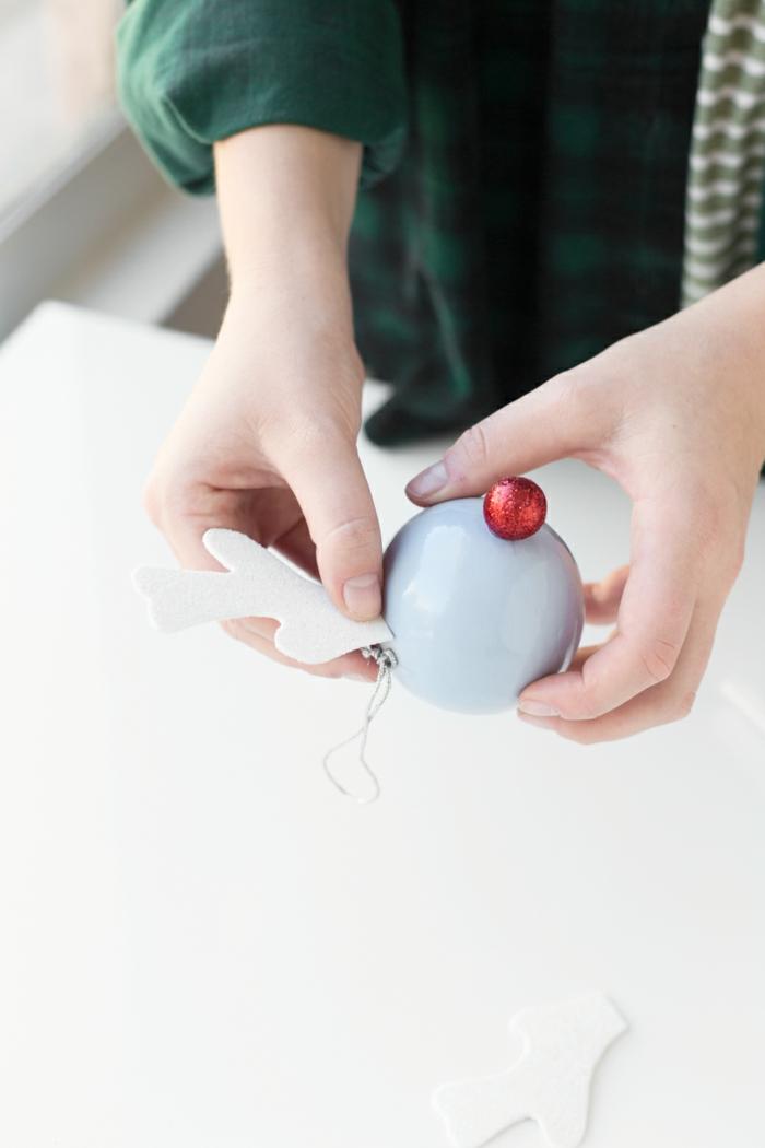 Christbaumkugeln selber gestalten, eine blaue Kugel, die sich in Rentier verwandelt