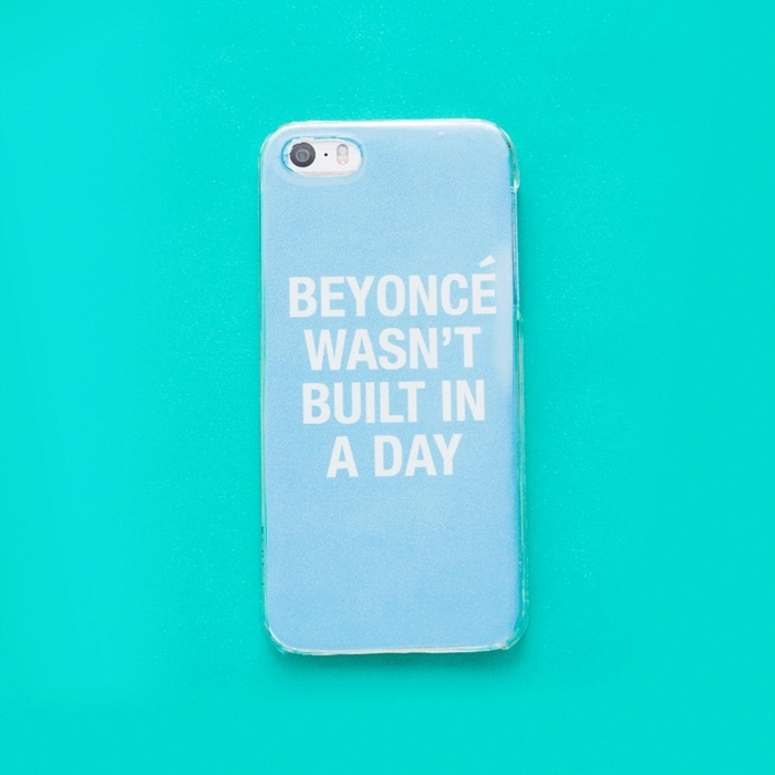 schöne Handyhüllen, eine Aufschrift mit weiser lustiger Botschaft, weiße Buchstaben auf blauen Hintergrund