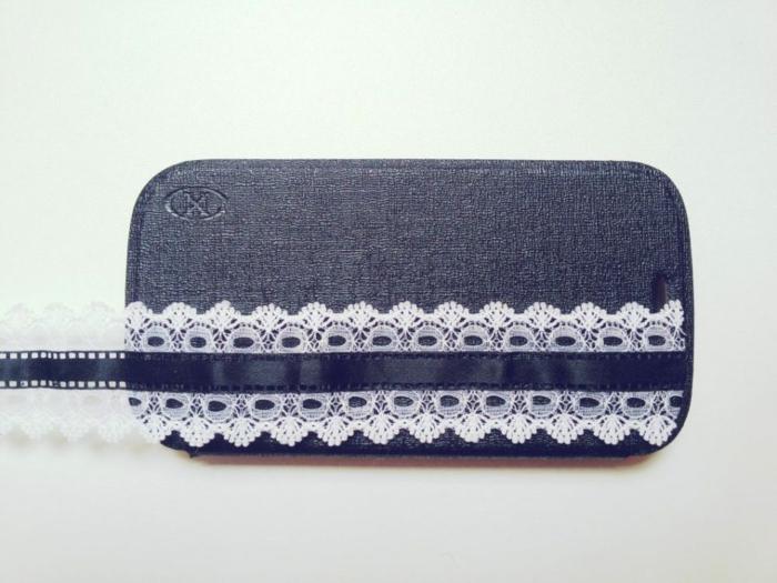 schöne Handyhülle, blaue Handyhülle mit weißer Spitze verschönert, schneiden Sie, wie lange die Schleife sein soll