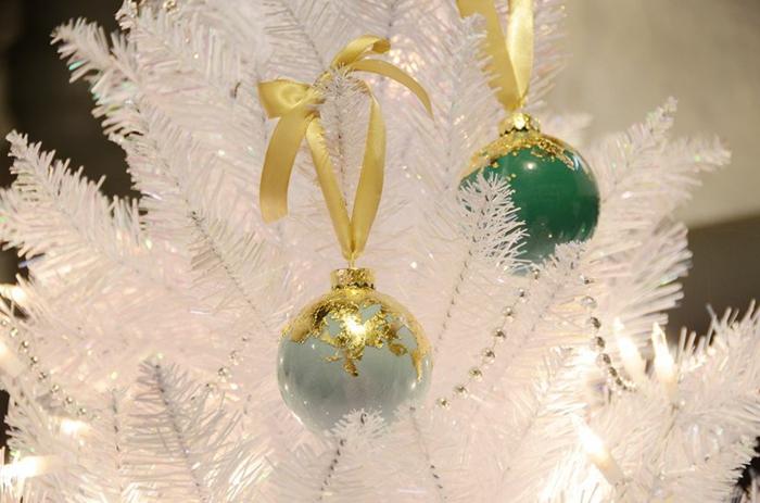 Weihnachtskugeln bemalen, blaue und grüne Christbaumskugeln, goldene Dekorationen