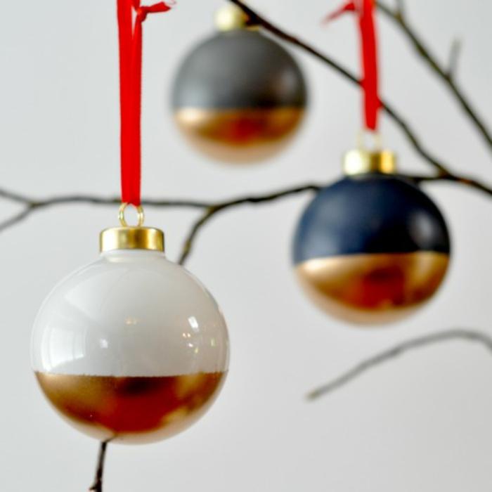 weiße und goldene und weiße und blaue Weihnachtskugeln gestalten, rote Schleife