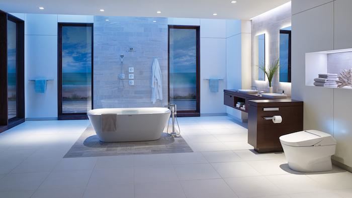 großes badezimmer mit blauen wänden, badezimmer blau, badezimer mit einer kleinen weißen freistehenden badewanne, badezimmer mit fenstern