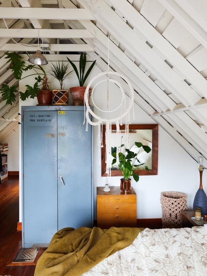 makramee dekorationen zum selbermachen, haus mit dachschräge, blauer schrank weiße farbe der wände