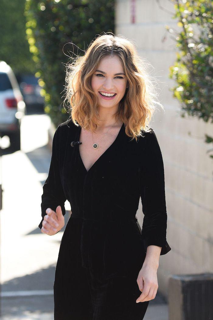 Lob mit Locken, schulterlange Haare mit Mittelscheitel, elegantes schwarzes Kleid mit langen Ärmeln