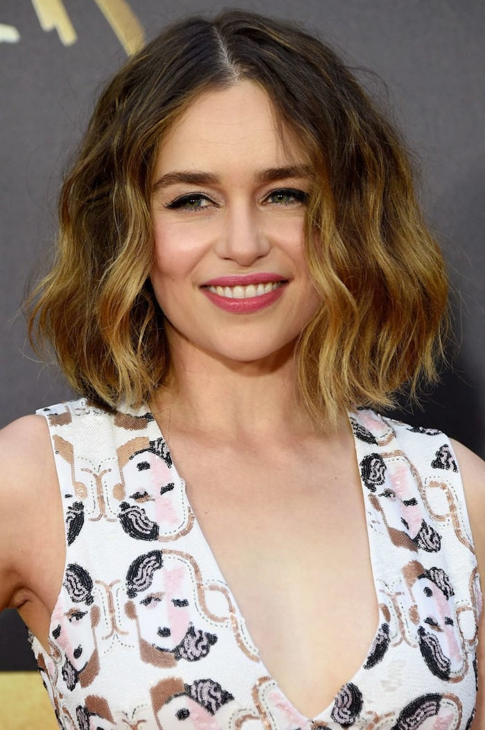 Emilia Clarke Long Bob Haarschnitt, mittellange Ombre Haare, schwarzer Lidstrich und rosa Lippenstift