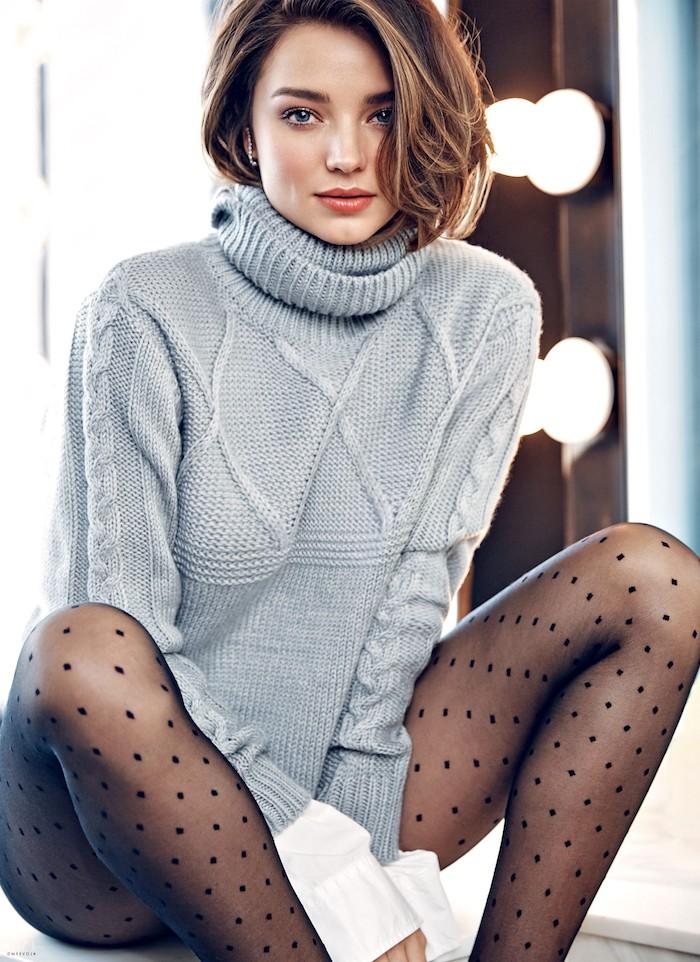 Mittellange Balayage Haare mit Seitenscheitel, grauer Pullover und schwarze Strumpfhose, Smokey Eyes und Koralle Lippenstift