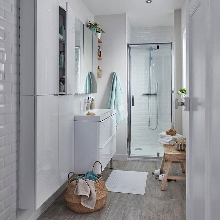 kleiner weißer teppich im badezimmer mit weißen wänden, badezimmer modern gestalten ideen, moderne badideen