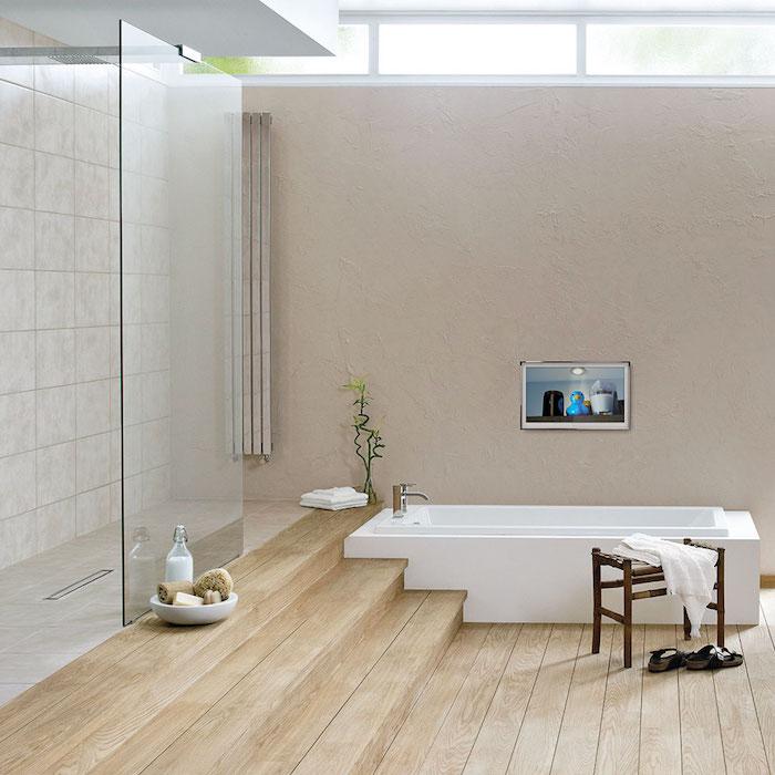 kleine weiße badewanne im badezimmer mit dusche und braunen treppen aus holz, ein badezimmer modern gestalten