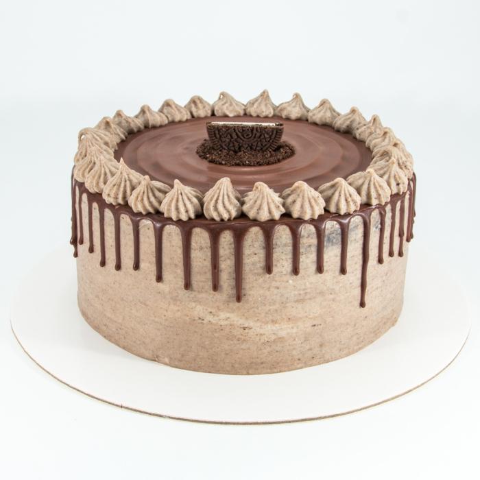 eine braune Torte mit Schokoladenglasur, braune Blumen, Oreo Kekse in der Mitte, Oreo Kuchen