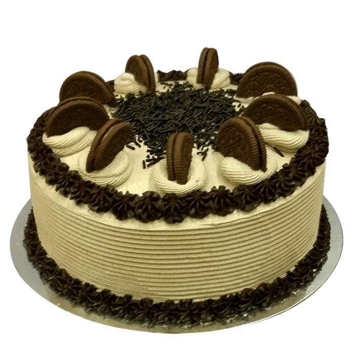 ein prima Oreo Kuchen, Schokoladen Blütten, Schokostreuseln, braune Creme halbe Oreos