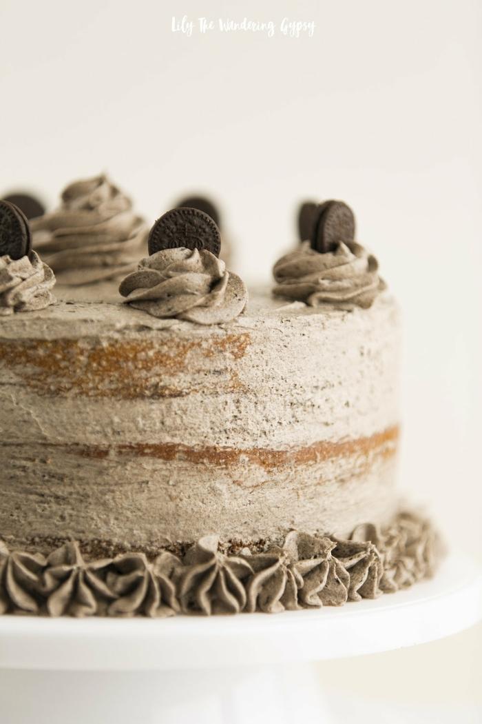 braune Creme, Schokoladenboden. braune Blütten, Mini Oreos, Oreo Kuchen, ein leckeres Erlebnis