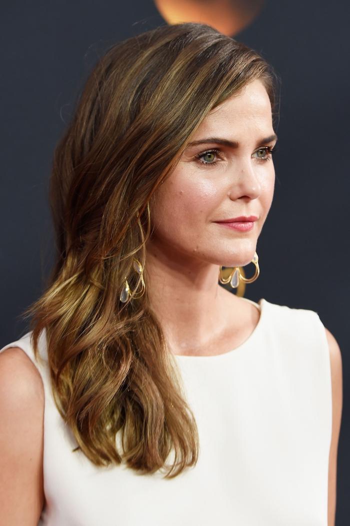braune haare mit blonden strähnen, schminktipps für grüne augen, weißes kleid, große goldene ohrringe