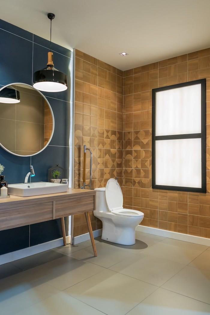 ein spiegel und eine schwarze badezimmer spiegelschrank, badezimmer mit braunen und blauen wänden aus badezimmer fliesen