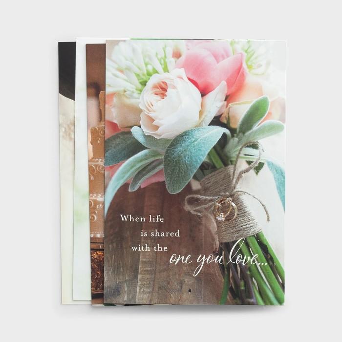 karte zur hochzeit mit einem kleinen brautstrauß mit pinken und weißen rosen und grünen blättern und einem kurzen glückwunsch