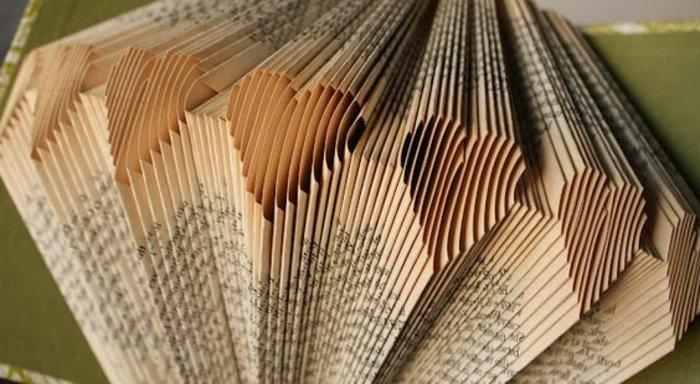 Diamant aus Papier mit kleinen Herzchen umgeben, Bücher falten mit gelben Seiten