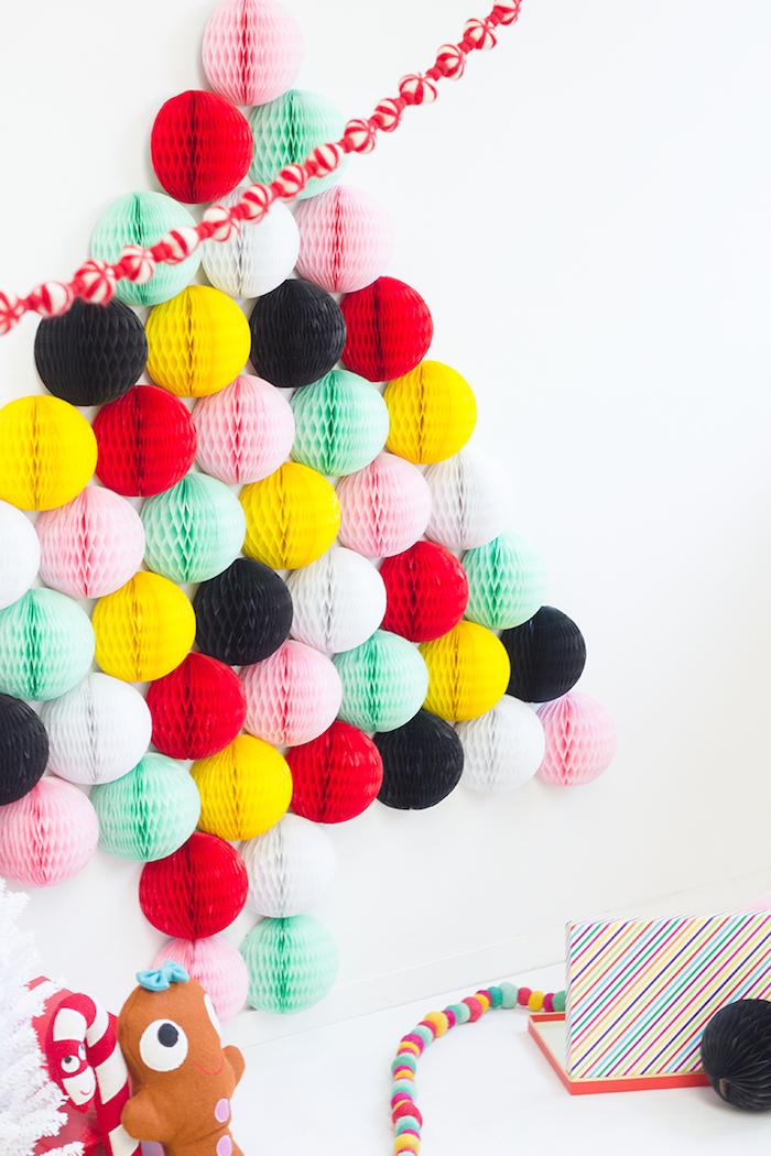 Weihnachtsbaum aus bunten Papierkugeln an der Wand, rote Girlande, Ideen für Weihnachtsdeko