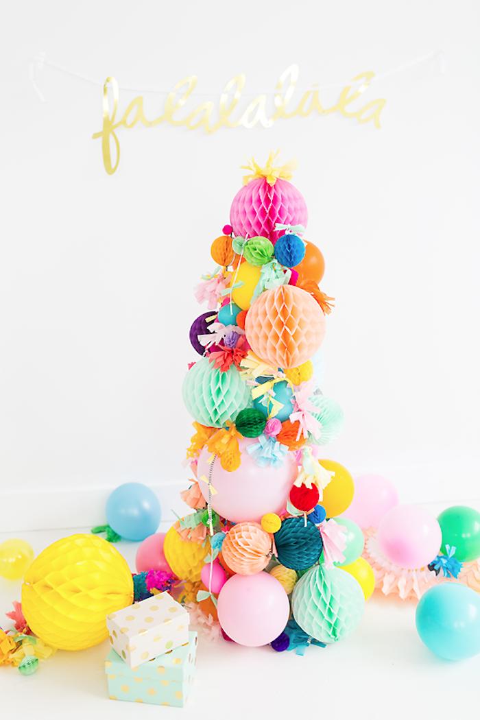 Kreativer Weihnachtsbaum aus bunten Papierbällen und Luftballons, Girlande mit Aufschrift Falala