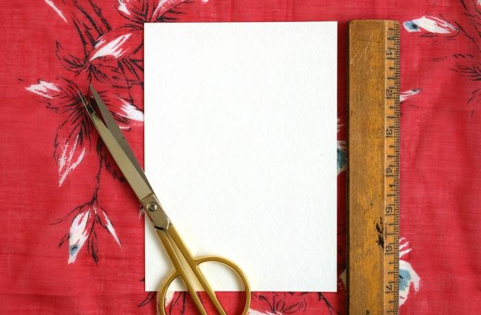 Weihnachtskarten selbst gestalten, ein Cardstock, Linie und Schere, die benötigte Sachen für die Bastelanleitung