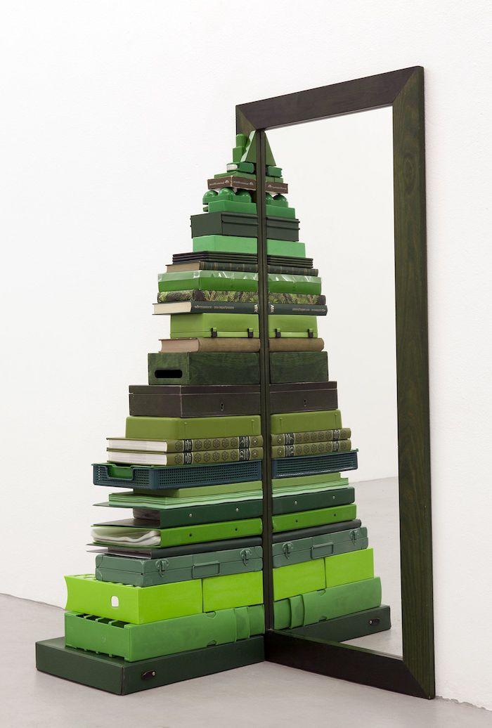Coole Alternative zum klassischen Weihnachtsbaum, Christbaum aus grünen Koffern und Büchern neben Spiegel
