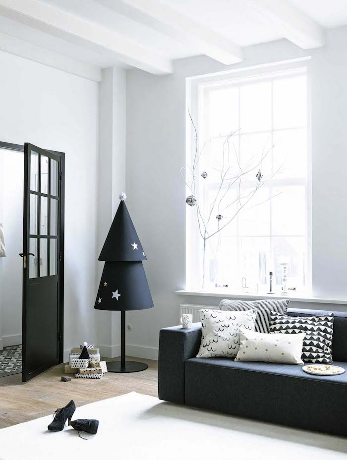 Schwarzer Weihnachtsbaum mit weißen Sternen anstatt eines echten Tannenbaums, minimalistische Einrichtung in Schwarz und Weiß