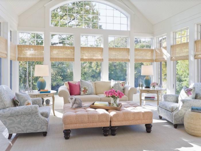 einrichtung in hellen farben, deko für wohnzimmer, bunte dekokissen, hohe zimmerdecke