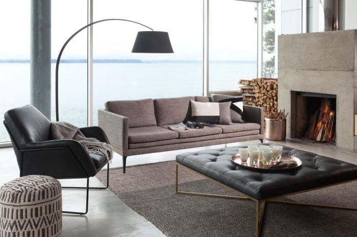 deko für wohnzimmer, zimmer mit kamin, schwarze lampe, kupferfarbige dekorationen