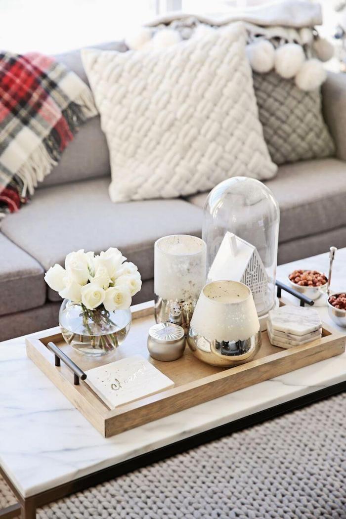 deko für wohnzimmer, runde glasvase mit weißen rosen, kaffeetisch dekorieren, dekoartikel in silbern und weiß