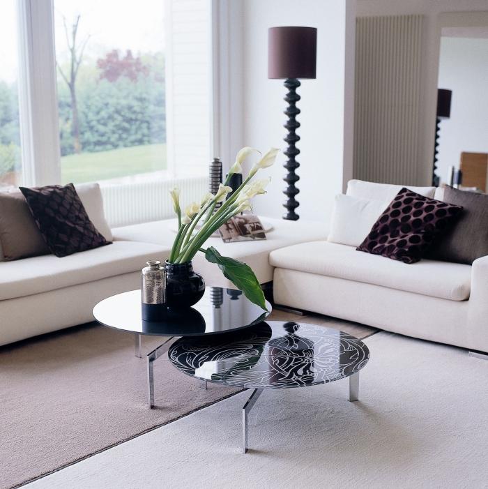 deko für wohnzimmer weiße sofas, schwarze vase mit weißen kallen, blumendeko ideen, kaffeetisch set