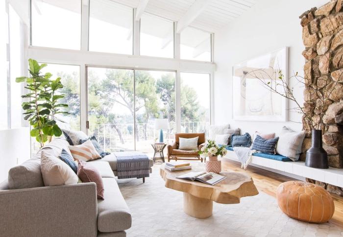 kaffeetisch aus massivholz, seinwand mit kamin, deko für wohnzimmer, einrichtung in skandinavischem stil