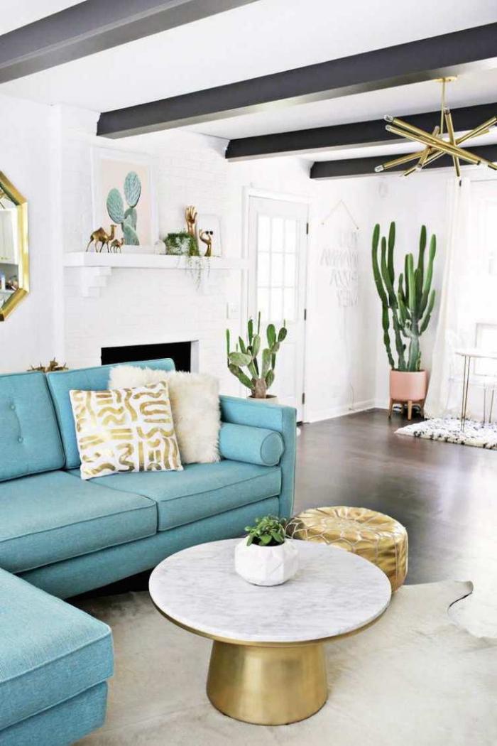 weiße wände, blaues sofa, große kakteen, goldene dekoartikel, deko ideen selber gestalten,