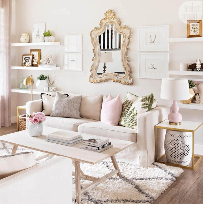spiegle mit goldenem rahmen, regale mit dekorationen, deko rosegold, flauschiger teppich