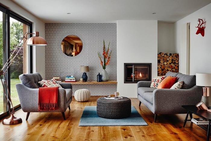 deko rosegold, teppich mit geometrische motiven, hocker tisch, boden aus holz