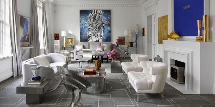 deko wohnzimmer modern, designer sitzmöbel, weiße sessel, abstraktes bild, goldene dekoartikel