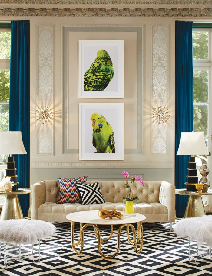 deko wohnzimmer modern, bilder mit vögel, beige designer sofa, tisch mit goldenen beinen