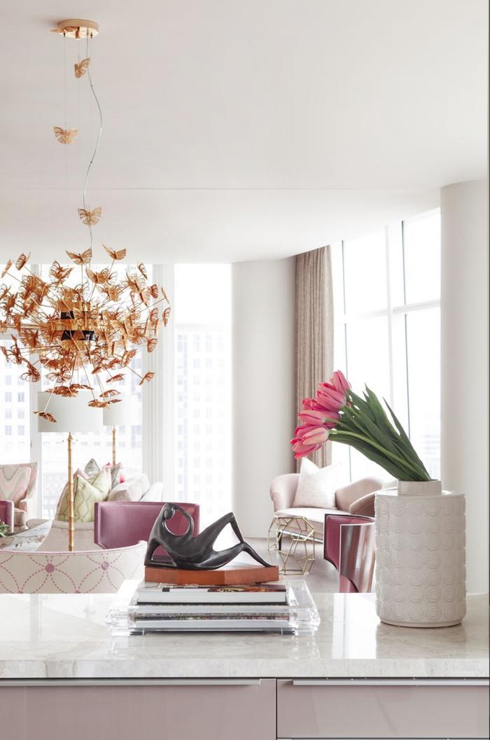 deko wohnzimmer modern, große goldene pendelleuchte, rosa tuplen, zimmer dekorieren