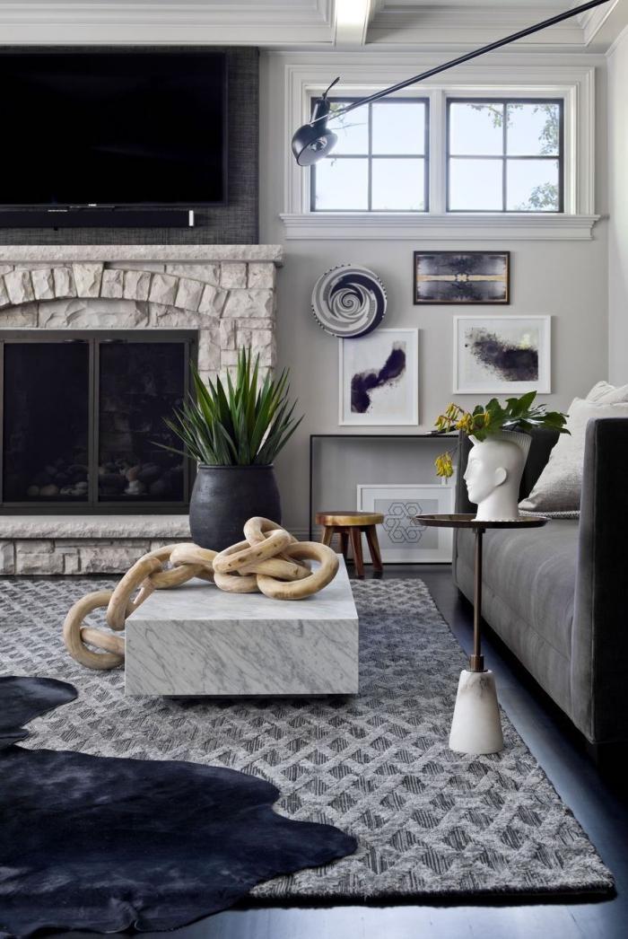 kaffeetishc in marmor look, dekoration aus holz, deko wohnzimmer modern, grüne pflanzen