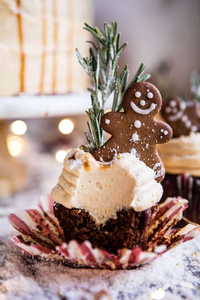 dessert weihnachten, cupcakes dekorieren mit weißer sahne und ingwerkekse, weihanchtsdessert