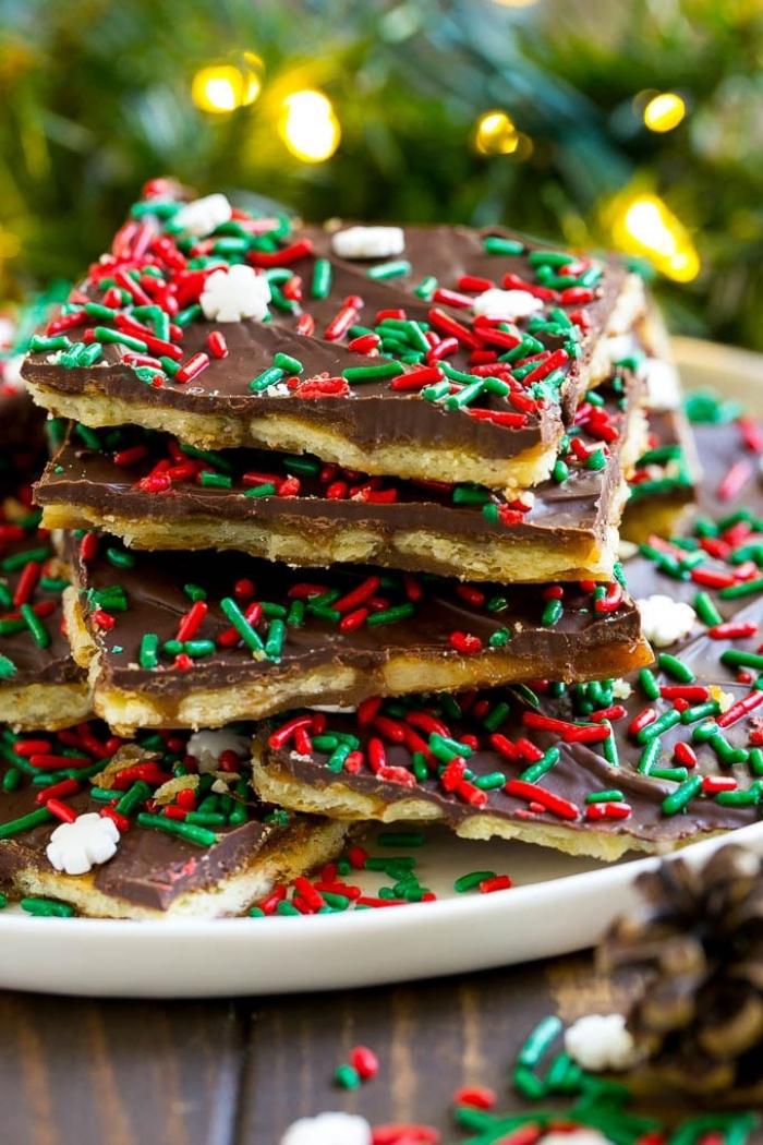 dessert weihanchten, keksen mit schokolade dekoriert mit roten und grünen zuckerperlen